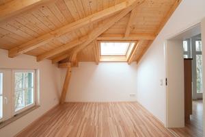 Eckraum nach Abschluss aller Arbeiten. Das Dämmsystem ist nicht mehr zu erkennen, da es um die sichtbare Dachkonstruktion herum installiert wurde<br />