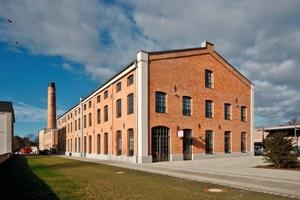 In diesem Industriebau der ehemaligen Spinnerei befinden sich heute unter anderem eine Zahnarztpraxis, ein Vermessungsbüro und eine Werbeporzellanmanufaktur