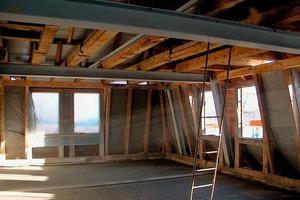 Die zur Stabilisierung in den Dachstuhl eingezogenen Stahlträger mussten ebenso wie vorhandene Holzkonstruktion brandsicher verkleidet werden<br />
