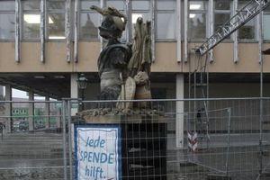 Jede Spende hilft. Gesammelt wird aber nicht für die DDR-Architektur im Hintergrund, hier die Fachhochschule, die bewusst dem Verfall ausgesetzt ist<br />