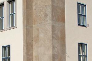 Hinter den mit Naturstein verkleideten Außenwänden befindet sich die Innendämmung iQ-Therm