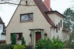 Die Straßenseite des mit Klinkerriemchen verkleideten Einfamilienhaus aus den 1930er Jahren<br />