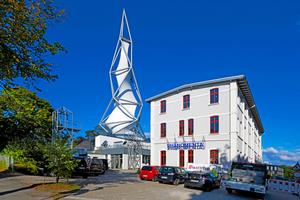 """Spektakulär: Der 75m hohe Turm aus Stahlrohren und einer helixförmigen Membran steht neben dem Altbau der Phänomenta<span class=""""bildnachweis"""">Foto: Knauf Aquapanel / Ekkehard Reinsch</span>"""