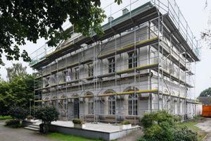 Das rechts vom Hauptgebäude gelegene Haus Wartburg während und nach Abschluss der Sanierungsarbeiten<br />Fotos: Caparol / Cornelia Suhan<br />