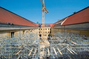 Im Innenhof des Albertinums werden die Gerüste aufgestellt, um von dort aus in 16 m Höhe das Brückenbauwerk zu montieren<br />