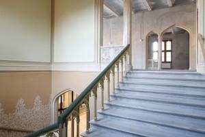 Treppenaufgang im südlichen Teil des Ostpavillons: Hier mussten die Restauratoren nicht nur die ornamentale Wandmalerei rekonstruieren, sondern auch Teile der historischen Ausstattung wieder herstellen<br />Foto: Piotr Wanat und Lech Kwartowicz / Świat Architektury