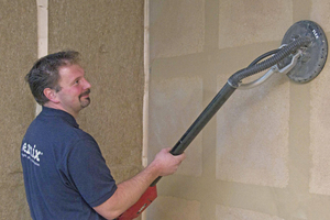 Rechts: Nach dem Trocknen des Lehmspachtels wird die Wand mit einem Flächenschleifer abgeschliffen