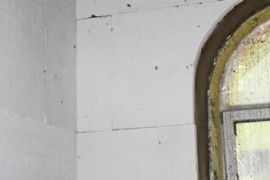 """Außenwand mit Rundbogenfenster, """"epatherm"""" Platten werden aufgebracht..."""