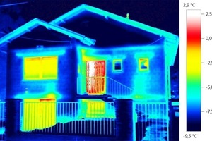 Dieses Haus hat die Schwachstelle an der Tür, wie das Wärmebild zeigt