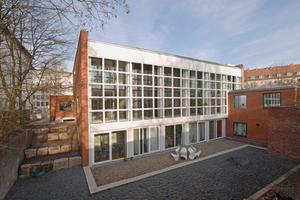 Im Zuge der Umbauarbeiten der ehemaligen Sehbehindertenschule in Hannover zu Wohnungen blieb die Optik der Betonrasterfassade der ehemaligen Turnhalle erhalten<br />Foto: Olaf Mahlstedt