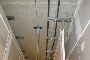 """Rechts oben: Schallreflektierende Baffeln aus mehreren Lagen """"Rigidur H""""-Gipsfaserplatten und """"Rigips Bauplatten RB"""""""