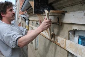 Ziehen eines Traufgesimesprofils mit der Lehre an der FassadeFoto: Thomas Reinicke