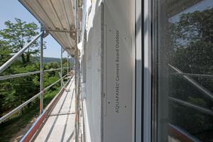 Außen wird die wetterbeständige Zementbauplatte Aquapanel Cement Board Outdoor verschraubt