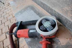 Aufgeraut: Mit spitzen Hartmetall-Fräsrädern im Werkzeugkopf rückte der Tester einer Steintreppe zu Leibe<br />