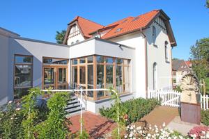 """Auf der Rückseite der Villa schließt sich über einen verglasten Zwischenbau das neu errichtete Technikums für Holzbeschichtungen an<span class=""""bildnachweis"""">Foto: Thomas</span><span class=""""bildnachweis"""">Wieckhorst</span>"""