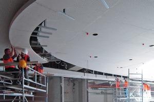 Auch an den Trockenbaudecken um die große Ellipse herum montierten die Mitarbeiter der Lindner AG Formteile und Lochplatten für die Akustikdecke<br />