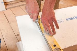 Rechts: Mit Cuttermesser und/oder feinzahnigem Fuchsschwanz lassen sich die Platten einfach zuschneiden