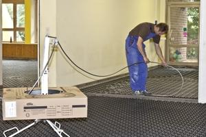 Das Heizungsrohr lässt sich bequem im stehen installieren. Es rastet durch leichten Druck mit dem Fuß in die Systemplatte ein