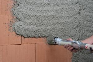 Modernes Mauerwerk erfordert einen maßgeschneiderten Unterputz, den man, wie hier gezeigt, mit der Putzmaschine aufbringen kann<br />