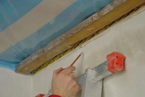 Die Abklebung des Anschlusses Wand an Dach wird auf ihre Dichtheit überprüft<br />