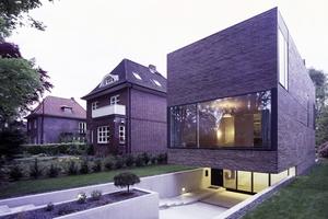 Modernes Wohnhaus in HamburgVolksdorf aus handwerklich traditionellen Kohlebrandklinker<br />