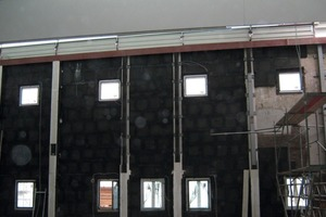 Links: Auch die auf den Wänden verlaufenden Stahlträger wurden in Schaumglas eingepackt<br />