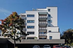Die Ostfassade eines der drei Wohngebäude aus der Mitte der 1970er Jahre in Kassel nach Abschluss der Sanierungsarbeiten<br />Foto: Jörg Lantelmé<br />