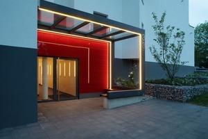 Der neu gestaltete Eingangsbereich an der Nordseite wirkt offen und großzügig<br />Foto: Jörg Lantelmé