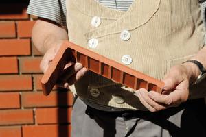 So dünn sind die Klinkerriemchen, welche die Handwerker in Hamburg-Stellingen auf dem WDV-System anbrachten<br />