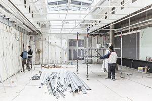 Einlegen der Acrylplatten ins bauzeitliche Strahlrost im Oberlichtsaal
