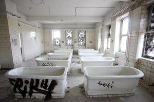 Noch stehen Badewannen im Schwimmbad im Dresdener Stadtteil Pieschen. Kaum vorstellbar, das hier ein Mehrgenerationenhaus entstehen soll