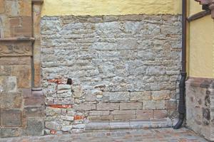 Rechts: Auf einer Teilfläche wurde der Putz komplett abgenommen