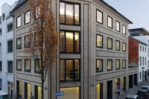 Rahmenlose Fensterelemente heben die Natursteinfassade nach der Sanierung des Gerling-Gebäudes in Köln besonders hervor