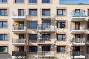 Die leichten, vor die Fassade gehängten Balkone tragen zur Wohnqualität bei