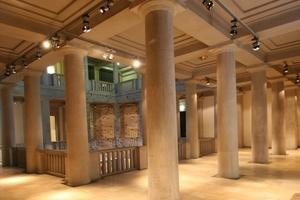 Im Obergeschoss setzt sich die Konstruktion mit runden Säulen fort<br />