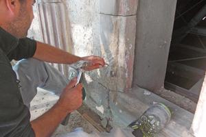 Alte Antragungen wurden entfernt, damit die Steinergänzungsmasse auf dem Buntsandstein gut hält