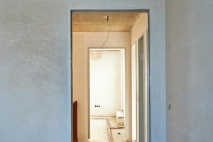 Nach dem Trocknen des Putzes kann der Schreiner die Tür einbauen