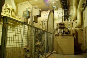Das über ein atombombensicheres Rolltor verschließbare Haupttor