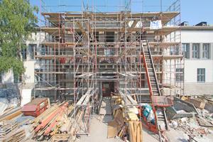 Sanierung des mit Muschelkalk verkleideten Portikus von Haus 2. Hierbei handelte es sich um den westlichen Haupteingang in die 800 m2 große Galerie- wohnung mit zum Innenhof gewölbter Rotunde Fotos (3): Thomas Wieckhorst