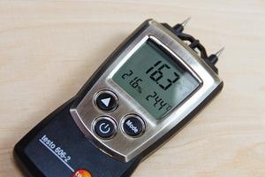 Der Feuchtigkeitsgehalt eines Holzbauteils sollte vor der Beschichtung mithilfe eines Messgerätes geprüft werden<br />