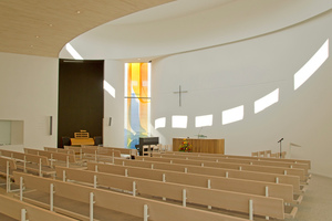 Die runde Form der Außenwände setzt sich auch im Inneren der Kirche fort, was auf dem Grundriss unten auf dieser Seite besonders gut zu sehen ist