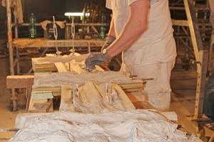Michael Bock befestigt Aufhänger an den ertüchtigten Stuckelementen