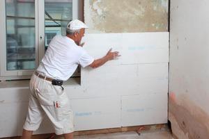 Rechts: Die Dämmplatten werden mit Klebe-spachtel vollflächig auf der Wand verklebt<br />