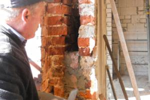 Die Maurer schlossen die Laibung der neu in das zweischalige Mauerwerk gebrochenen Öffnungen, damit die Einblasdämmung dort bleibt, wo sie hin soll: im Spalt zwischen den beiden Mauerschalen<br />Fotos: Thomas Spooren