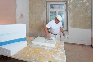 Die mineralischen Innendämmplatten TecTem wurden im denkmalgeschützten Wohnhaus in München mit der Zahntraufel vollflächig bestrichen und verklebt<br />Fotos: Knauf / Ducke<br />