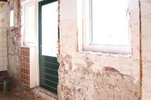 Links: Komplett entkernt kommt auch das alte Ziegelmauerwerk der Außenwände zum Vorschein