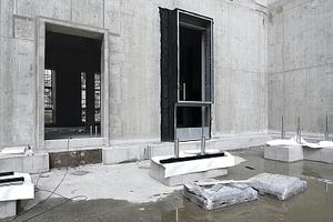 Schlüterhof, Nordseite, Blick auf die für die Anbringung der Fassadenelemente vorbereiteten Fenster