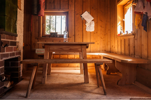 Aus alten Bodendielen zimmerten die Handwerker mit viel Geschick Betten, Tische und eine Schlafcouch