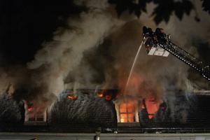 Vor einem Jahrzehnt: Löscharbeiten beim Brand der Anna Amalia Bibliothek in Weimar am Abend des 2. September 2004<br />Foto: Maik Schuck