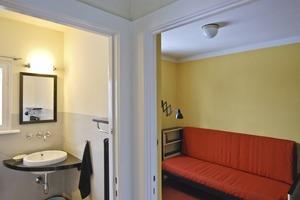 Links geht es vom Flur im Obergeschoss aus ins Bad und rechts in die Kammer (Kinderzimmer)<br />